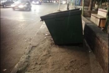 يتوسط طريق المارة.. أهالي الزقازيق يشكون صندوق قمامة