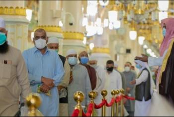 شاهد|  أول دفعة من معتمري الخارج تزور المسجد النبوي