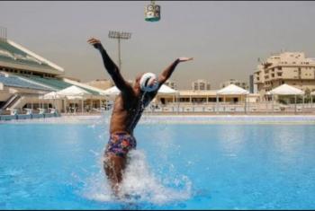 سباح مصري يسجل رقما قياسيا للقفز من تحت الماء