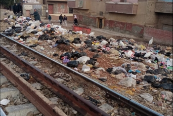 أهالي ههيا يشكون إلقاء القمامة على شريط السكة الحديد